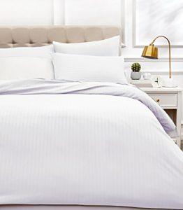 AmazonBasics - Juego de ropa de cama con funda nórdica de microfibra y 2 fundas de almohada - 220 x 250 cm, blanco brillante 1